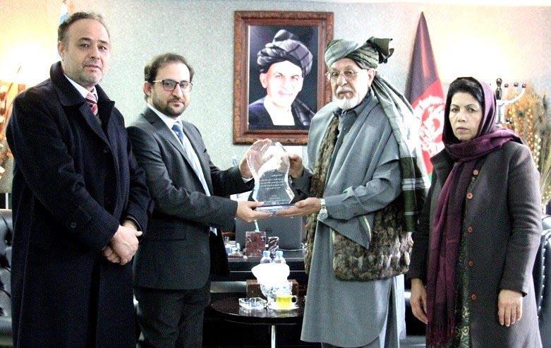 اهدای سپاسنامه برای رئیس بانک ملی